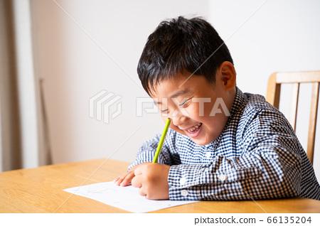 學習作業的男孩 66135204