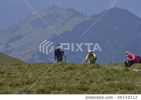 在高山上的溫暖的陽光,高山登山者,在路跑的登山者。 66158312