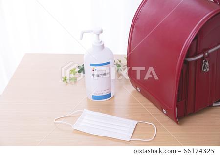 感染控制的圖像小學小學生書包酒精消毒口罩 66174325