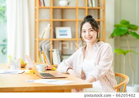 재택 근무 젊은 여성 66205402
