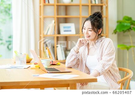 遠程辦公的年輕女子 66205407