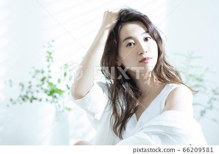 女人早上頭髮護理 66209581