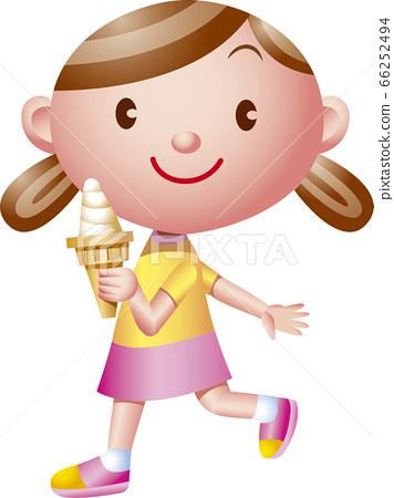 소프트 아이스크림을 가지고 걷는 소녀 66252494