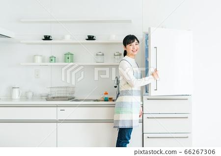 家庭主婦和冰箱畫像[廚房] 66267306