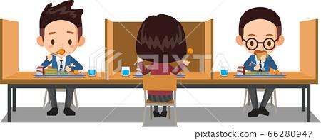 學生坐在帶隔板的桌子之間,彼此分開吃午飯。 66280947