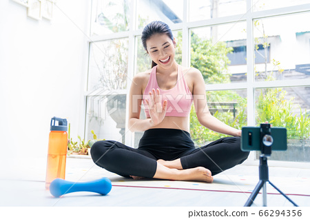 美丽的女人的美丽家庭瑜伽练习视频传递图像人素材 66294356