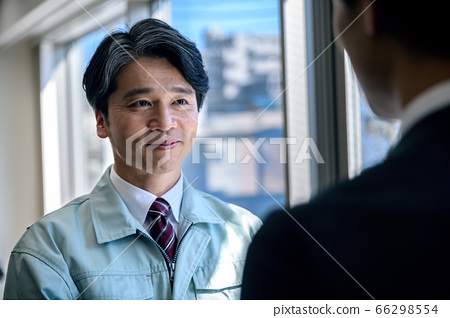 Businessman in workwear and suit to talk in office 66298554