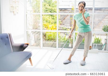 美丽的家庭主妇妇女清洁拖把家务家庭生活人材料 66313061