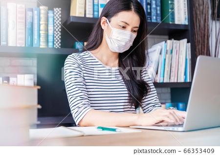 年轻女子面具图笔记本计算机工作图书馆远程工作人材料 66353409