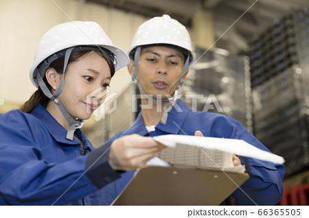 물류 창고에서 재고 관리 테이블을 점검하는 작업자 남녀 66365505