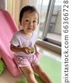 과일을 먹는 아이 66366728