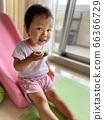 과일을 먹는 아이 66366729