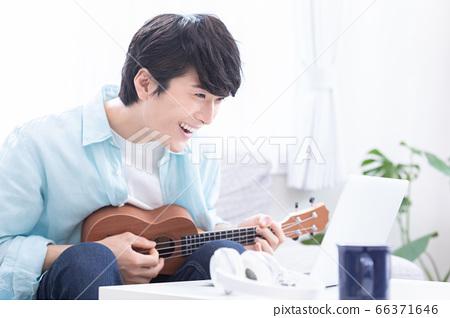 年輕人在線上樂器課(夏威夷四弦琴) 66371646