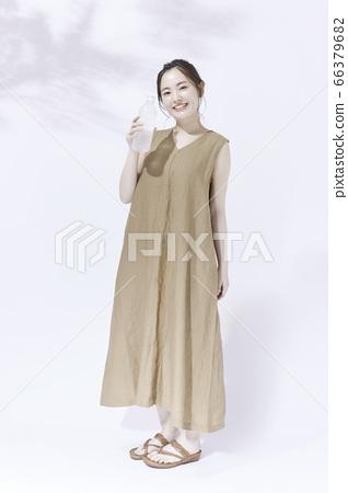 仕女畫的年輕女子[有一個塑料瓶] 66379682