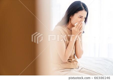 젊은 여성 질병 매운 곤란 침대 침실 인물 소재 66386146