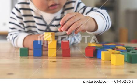 孩子們玩積木 66402653