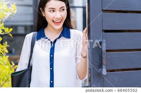 젊은 여성 OL 회사원 통근 나가는 미소 인물 소재 66405502