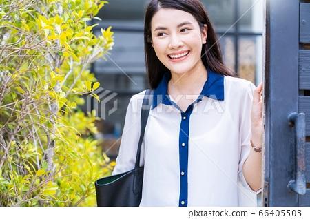 젊은 여성 OL 회사원 통근 나가는 미소 인물 소재 66405503