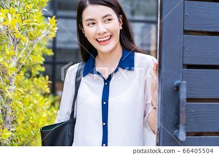 젊은 여성 OL 회사원 통근 나가는 미소 인물 소재 66405504