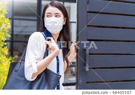 젊은 여성 직장인 마스크 모습 나가는 외출 뉴 노멀 인물 소재 66405587