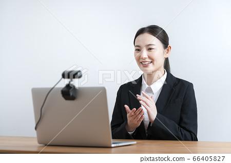 與網絡攝像頭交談的年輕女子求職面試在線採訪的圖像 66405827