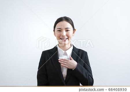 穿西裝從相機說話的年輕女子 66408930