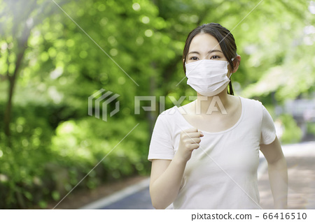 跑步与一个面具的一个少妇以新鲜的绿色 66416510
