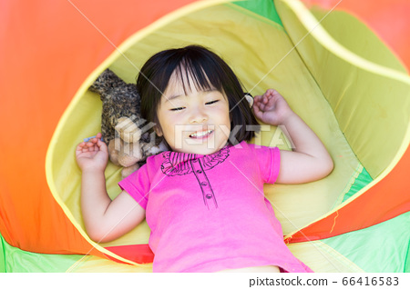 孩子在帐篷里放松 66416583