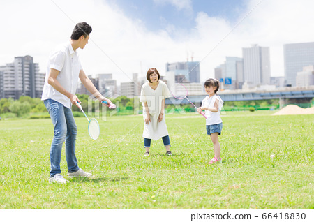 Parents and children playing badminton (new lifestyle image) 66418830