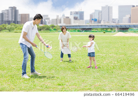 父母和孩子打羽毛球(新的生活方式圖像) 66419496