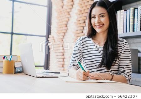 年輕人相當女性辦公室工作者遠程工作備忘錄人材料 66422307
