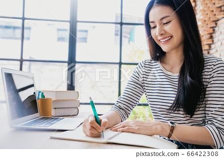 年輕人相當女性辦公室工作者遠程工作備忘錄人材料 66422308