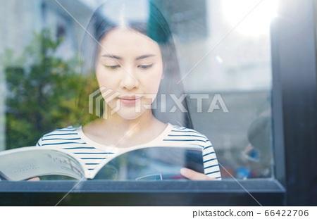 年輕漂亮的女人休閒閱讀材料享受 66422706