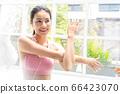 年輕漂亮的女人家庭室內運動生活方式人材料 66423070