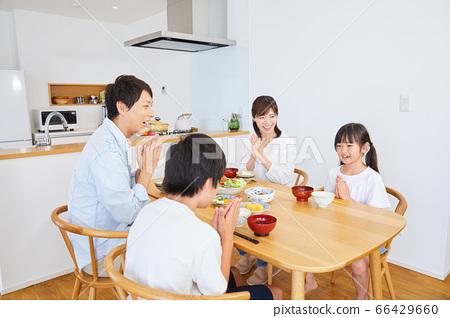 집에서 식사를하는 가족 4 인 가족 66429660