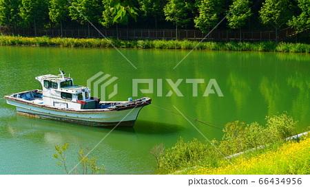 배가 떠 있는 호수와 푸른 숲 66434956