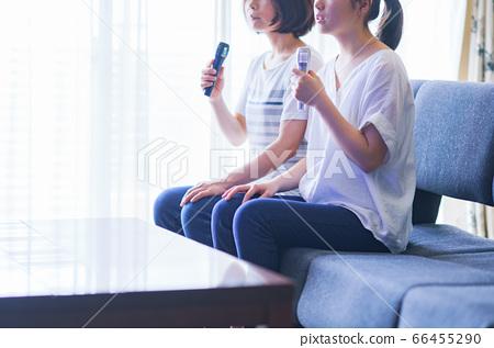 낮 가라오케를 가족 (부모와 자식)에서 즐기는 장면 66455290