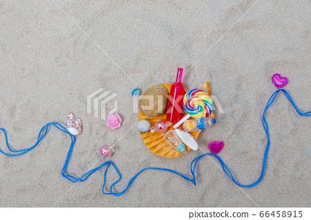 모래사장에 조개와 소라 그리고 음료수 66458915