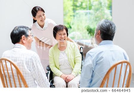療養院中的老年人和看護者 66464945