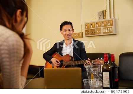 彈吉他的一個年輕人 66473903