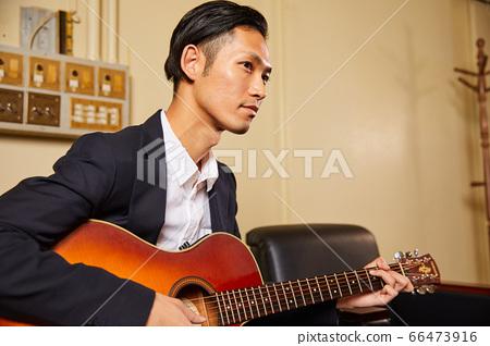 기타를 연주 젊은 남성 66473916