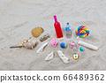 沙灘上的飲料和貝殼 66489362