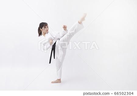 도복을 입은 젊은 일본인 여성 66502304