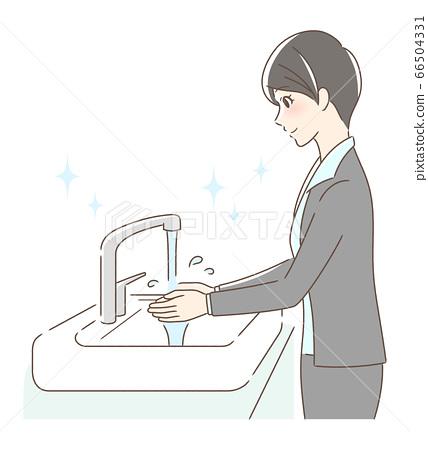 一個女人用自來水洗手 66504331
