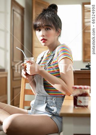 Lifestyle,woman,kitchen 66524998