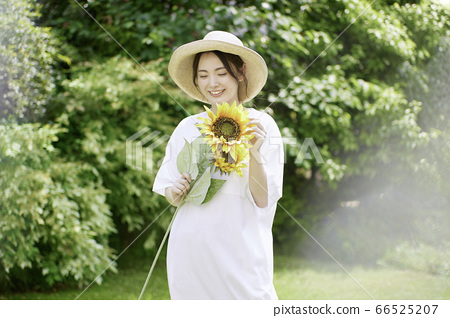 Young woman summer portrait 66525207