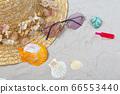 在炎熱的沙灘上的草帽和飲料 66553440