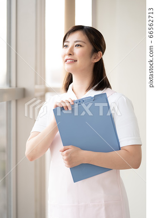 医务工作者女人看着窗外的未来 66562713