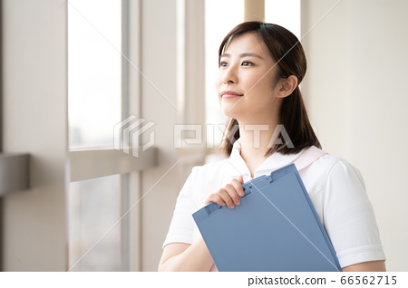 医务工作者女人看着窗外的未来 66562715