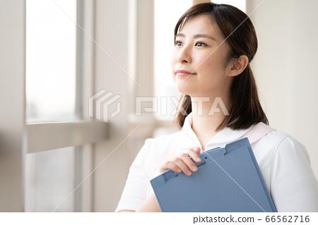 医务工作者女人看着窗外的未来 66562716